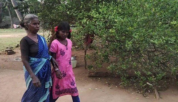 கார்த்திகா மற்றும் அவளது பாட்டி சுந்தராம்பால்