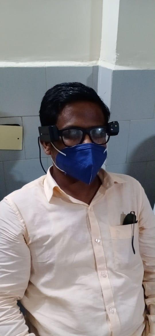 ஸ்மார்ட் விஷன் கண்ணாடி அணிந்த நபரின் புகைப்படம்ஸ்